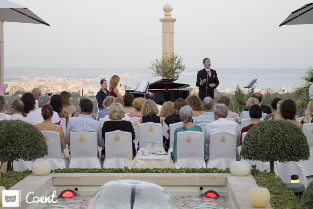 Lluís Sintes junto a baleartmusic, en el balcón de Mallorca, Castillo Hotel Son Vida